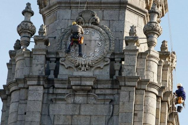 Porto 12/01/17  -   Alpinistas regressam à torre dos Clérigos, tratamento da pedra onde funciona o relógio para colocarem os ponteiros que tiraram para os restaurar.(Leonel de Castro/Global Imagens)