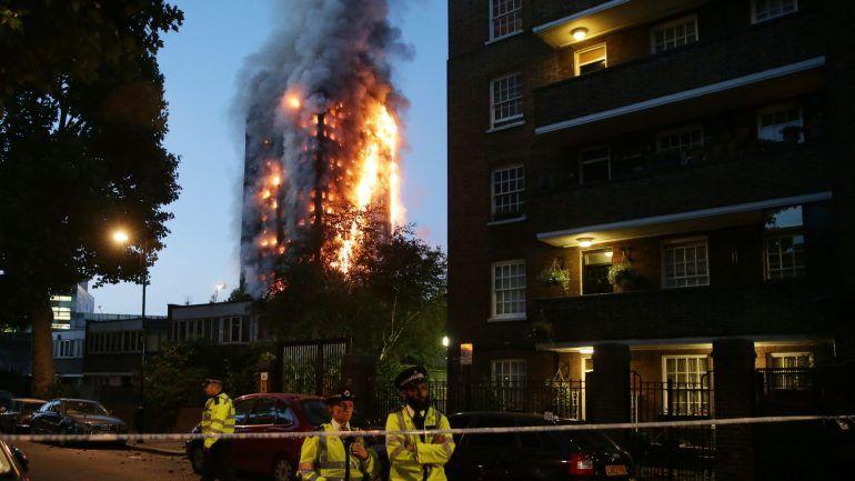 Incêndio de prédio residencial em Londres mata 12 pessoas