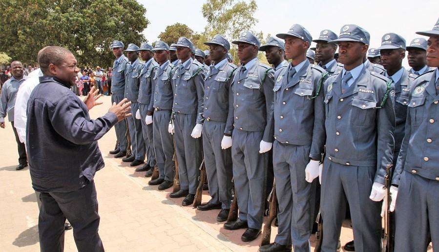 Presidente Filipe Nyusi com elementos da Polícia da República de Moçambique (PRM)