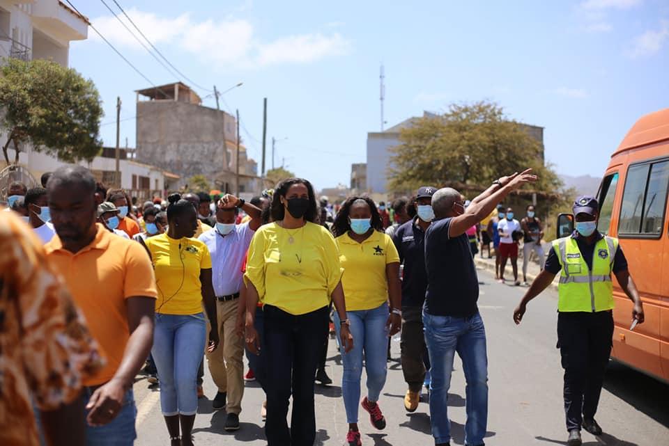 Líder do PAICV, Janira Hopffer Almada, com povo cabo-verdiano