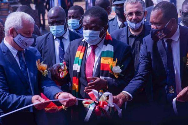Presidente do Zimbabwe, Emmerson Mnangagwa, ao centro